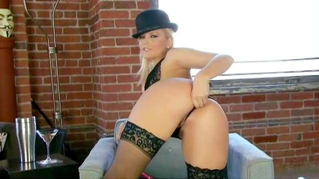 Blonde Alexis Texas shows off her awesome ass