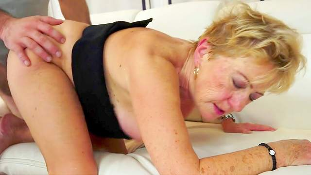 Granny gets her hairy pussy licked and blasted
