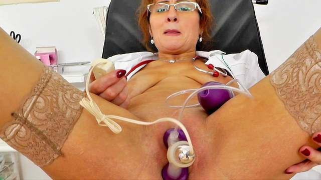 Amelie is stretching her lovely mature snatch