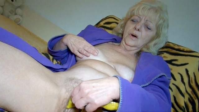Mature blonde Evan is masturbating her hole
