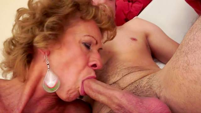 Mature chick is sucking that pretty nice dick