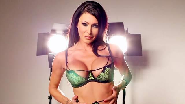 MILF Jessica Jaymes shows off her big boobies