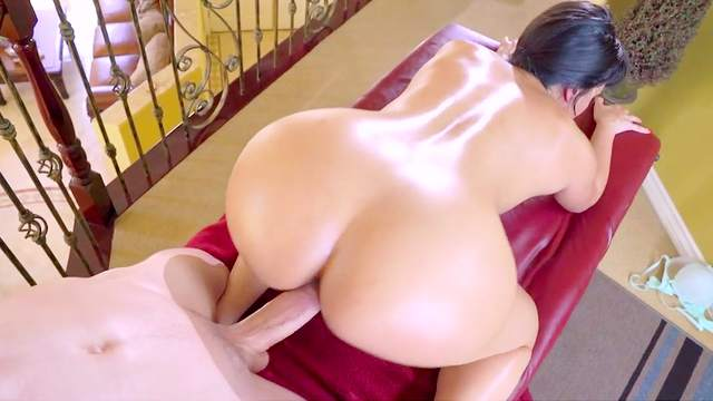 Voluptupus milf with perfect body ass fucked by young boy
