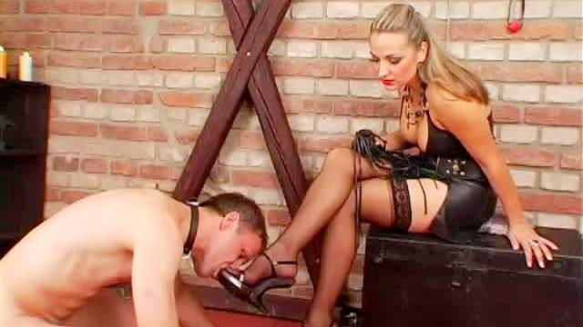 порнуха госпожа в колготках фыркая, усердно