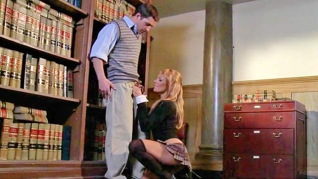 Kirsten Price tastes that long dick with pleasure